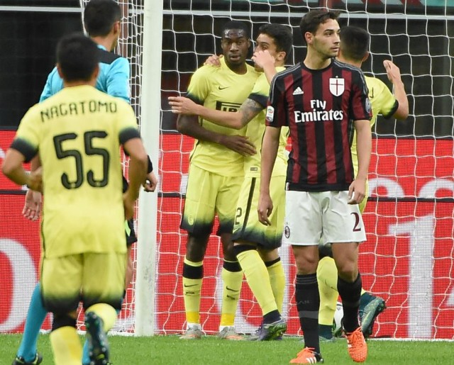 Inter midfielder Geoffrey Kondogbia (2-L) celebrates after scoring during the Luigi Berlusconi Cup soccer match between Ac Milan and Fc Inter at the Giuseppe Meazza stadium in MIlan, Italy, 21 October 2015. ANSA/ DANIEL DAL ZENNARO