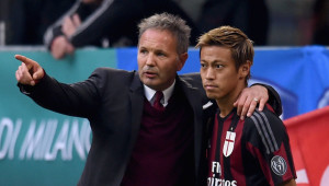 MILAN, ITALY - OCTOBER 25:  Head coach AC Milan Sinisa Mihajlovic (L) and Keisuke Honda chat during the Serie A match between AC Milan and US Sassuolo Calcio at Stadio Giuseppe Meazza on October 25, 2015 in Milan, Italy.  (Photo by Claudio Villa/Getty Images)