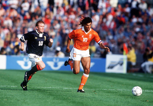 RUUD GULLIT HOLLAND STUART McCALL SCOTLAND NETHERLANDS V SCOTLAND GOTEBORG 12/06/92 EUROPEAN CHAMPIONSHIPS 1992 (UEFA 92) PHOTO ROBIN PARKER FOTOSPORTS INTERNATIONAL