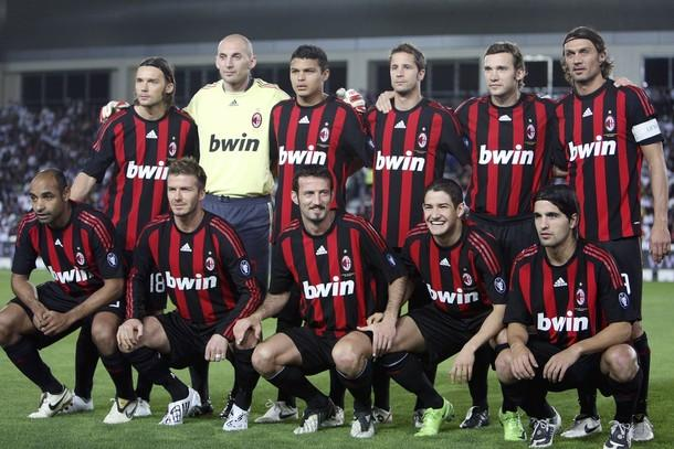 AC Milan pose players for a group picture before the start of the Jafal Rashed testimonial soccer match against Al-Sadd at the Jassim Bin Hamed stadium in Doha March 4, 2009. REUTERS/Fadi Al-Assaad (QATAR)