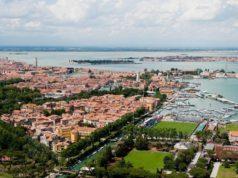 Примечательно, что стадион «Венеции» находится практически на воде. Добраться до него можно по водным путям.